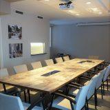 Neuvotteluhuone, jonka pöytä teetettiin toiveiden mukaan.